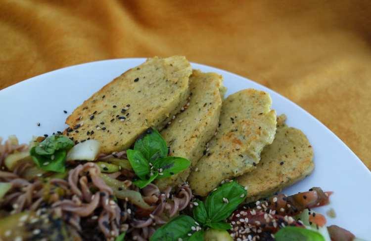 Panisse dans une assiette avec pâte de sarrasin basilic et légumes