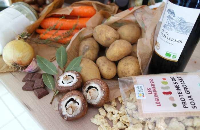 Ingrédients pour faire cuisiner un bourguignon sans viande avec des champignons, des pommes de terre, des carottes, de l'oignon