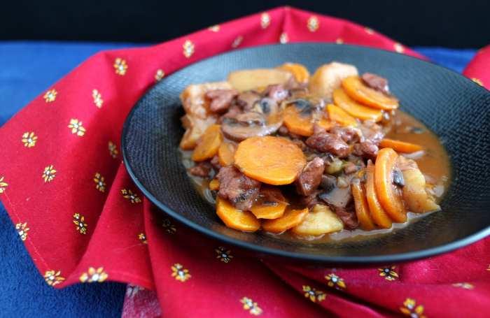 Assiette de bourguignon végétal avec carottes et protéines de soja