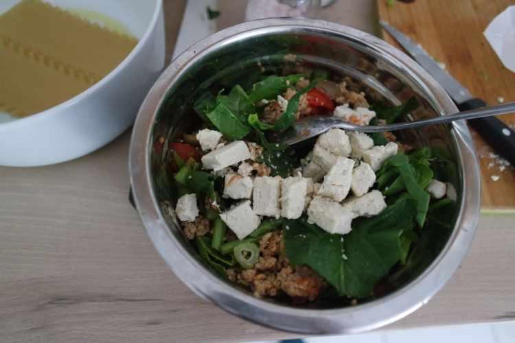 Mélange de légumes vert et de feta végétal dans un saladie