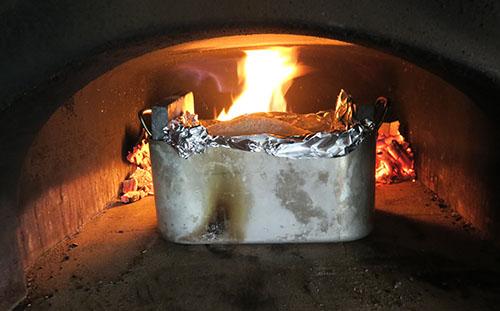 Cuisson poulet au gros sel au four à bois