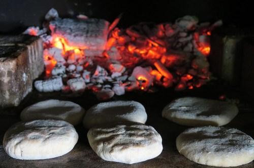 Naans fromage cuisson au four à bois