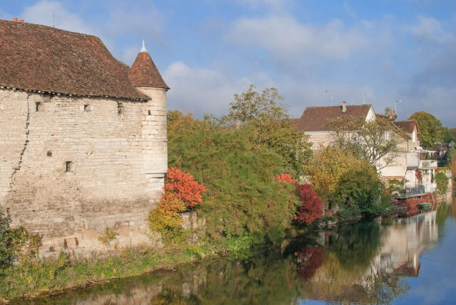 16987125 - idyllic village of chablis in burgundy,france