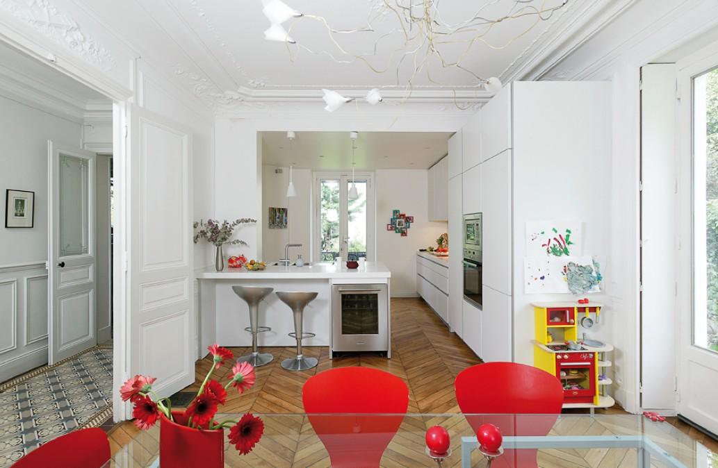 """Photographie de la cuisine """"100% blanc"""" avec un sol boisé"""