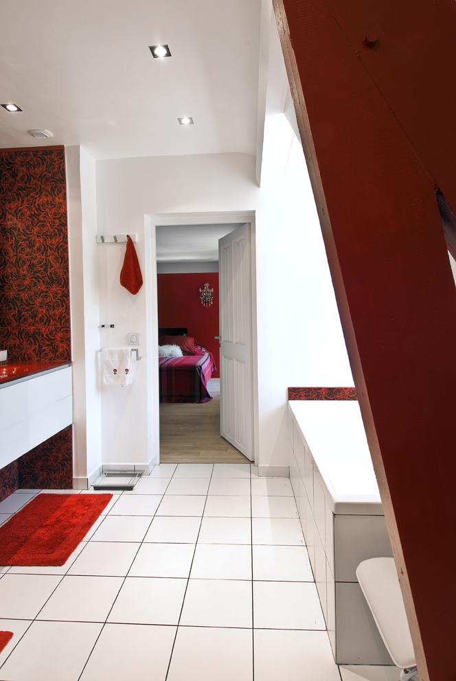 comme il se doit dans pareille conception la douche sest installe sous la partie la plus haute et occupe le fond de la pice carrele de gris fonc - Fenetre Salle De Bain Vis A Vis