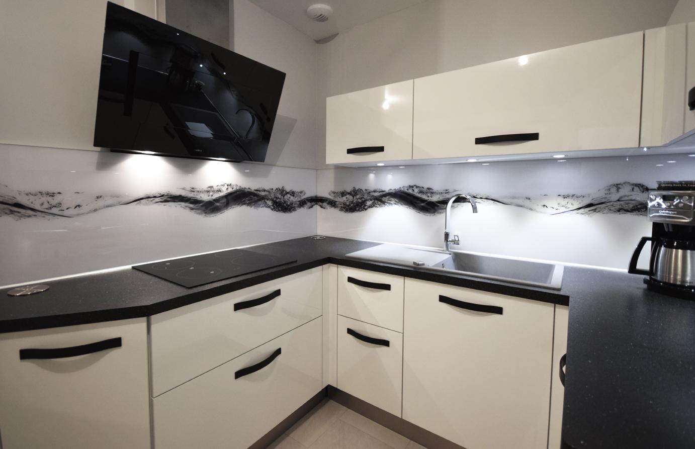 Une cuisine black white cuisines et bains - Credence cuisine polycarbonate ...