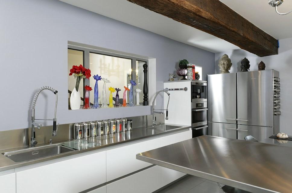 gros plan sur le plan de travail en inox. Black Bedroom Furniture Sets. Home Design Ideas
