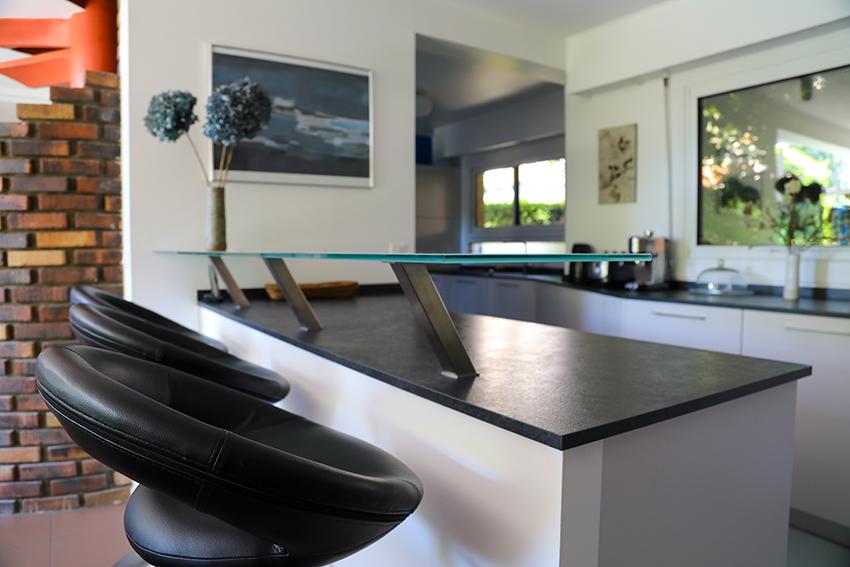 cuisine aux deux visages cuisines et bains. Black Bedroom Furniture Sets. Home Design Ideas