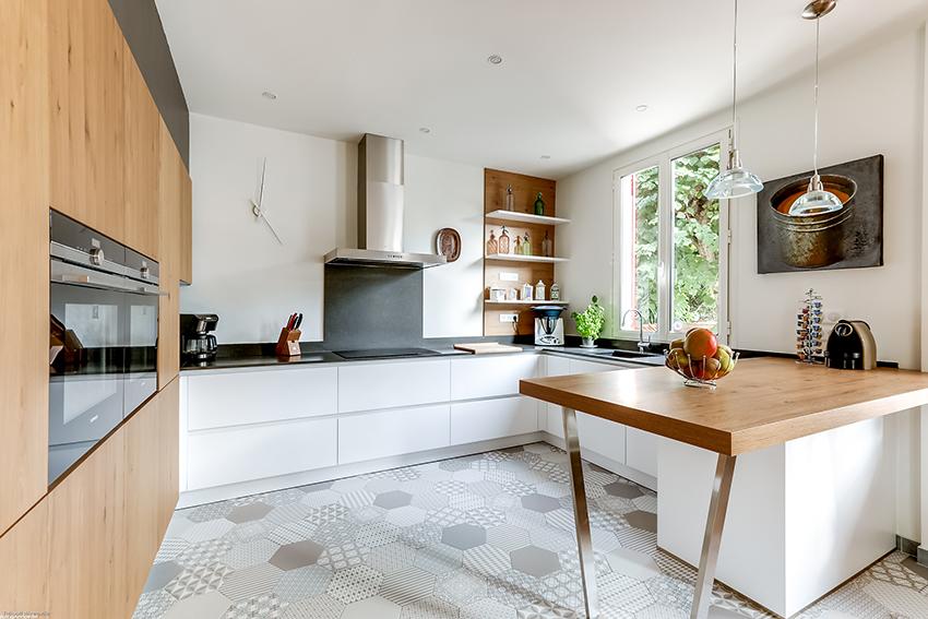 Mariage intemporel du bois et du blanc cuisines et bains - Cuisine en bois blanc ...