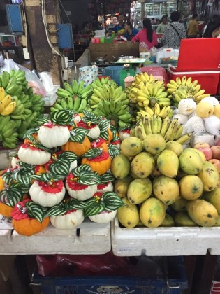 Siem Reap–market, exotic fruit display