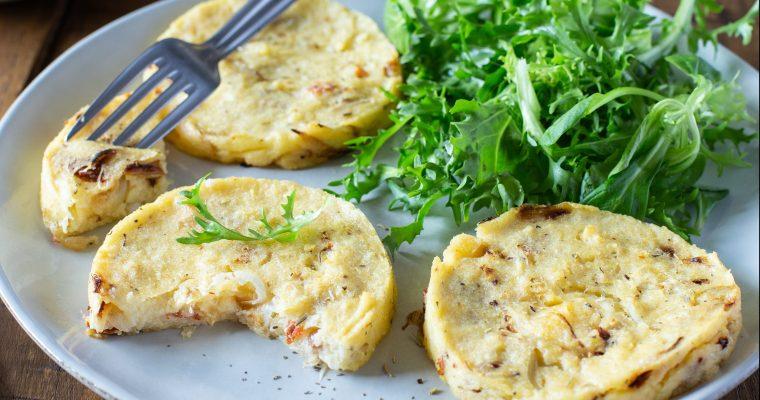 Galettes de polenta aux oignons, tomates séchées et ricotta