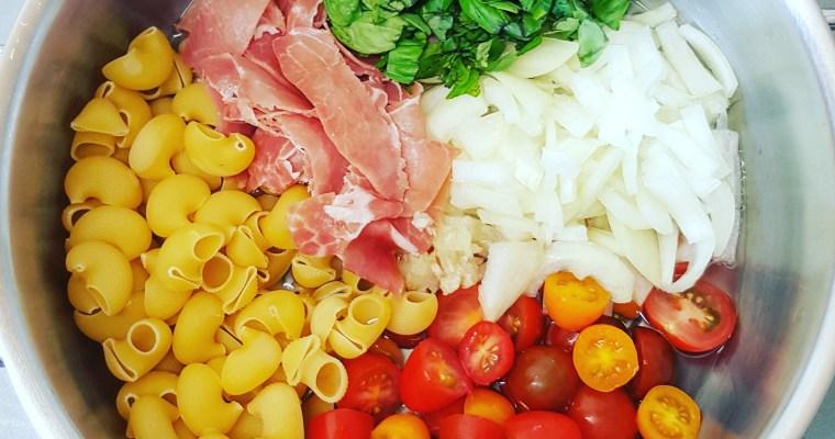 One pot pasta tomates cerises, jambon cru, oignon & basilic