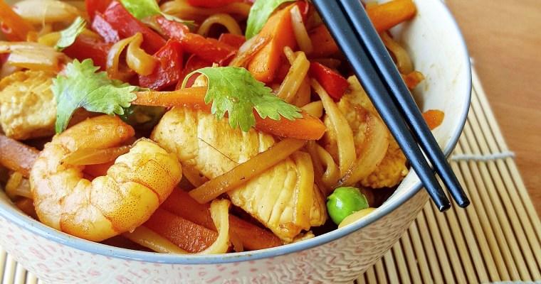 Nouilles de riz sautées au poulet, crevettes et légumes