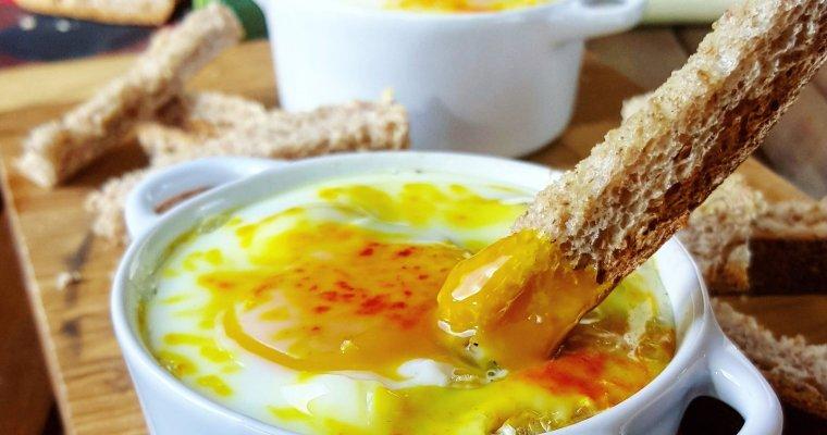 Oeuf cocotte sur sa fondue de poireaux, cancoillotte et mouillettes à l'ail