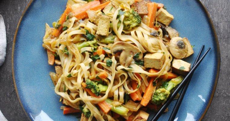 Wok aux nouilles de riz, tofu fumé et légumes