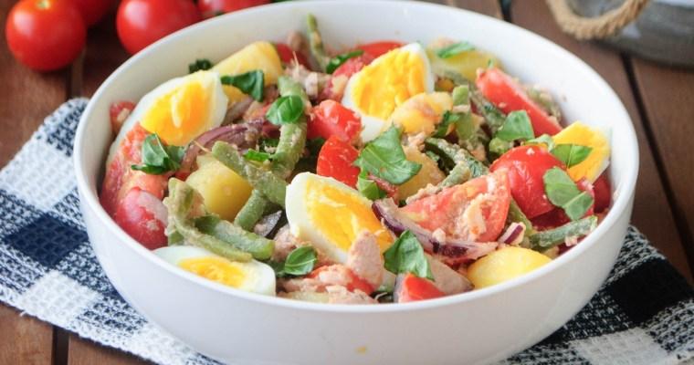 Salade de pommes de terre, haricots verts, tomates, thon et œuf