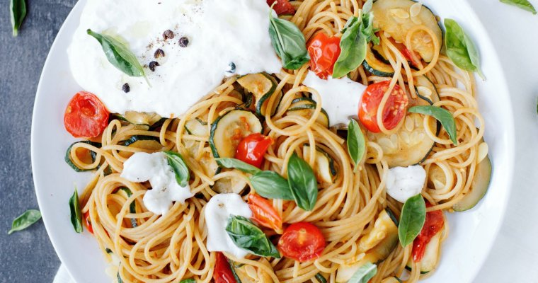 Spaghettis aux tomates cerises, courgette et burrata