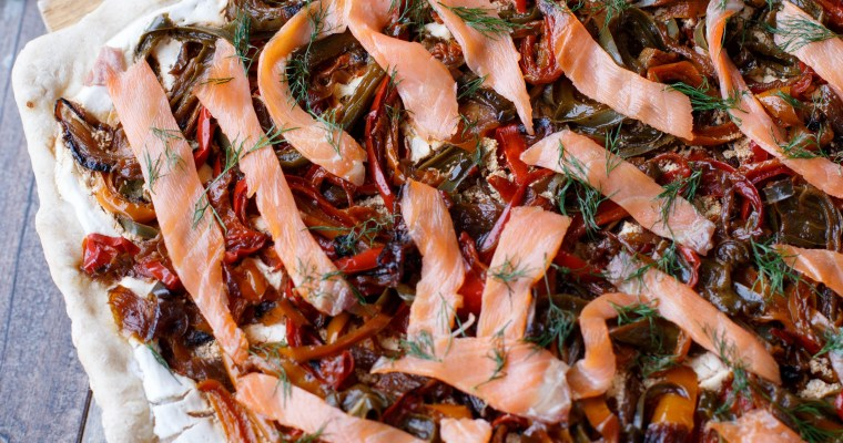 Pizza au chèvre frais, poivrons et saumon fumé