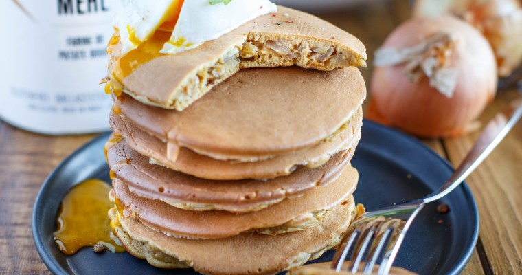 Pancakes salés à la farine de patate douce, fourrés aux oignons