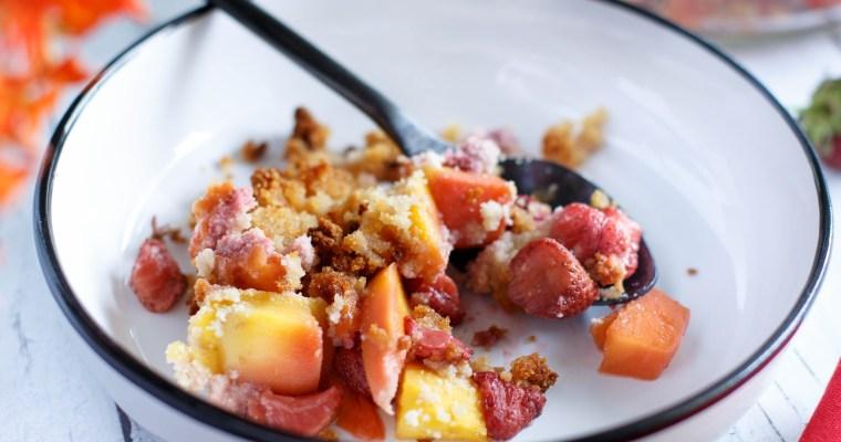 Crumble à la mangue et aux fraises