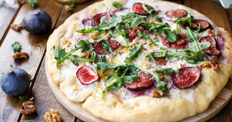 Pizza base «Secret de Crème», au Cabécou, figues, miel et noix