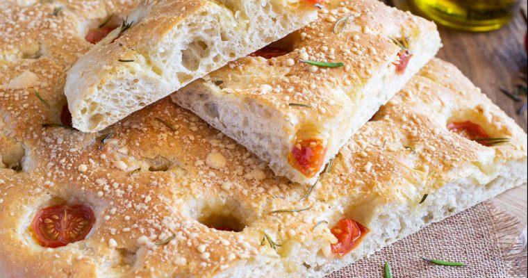 Focaccia aux tomates cerises, parmesan et romarin