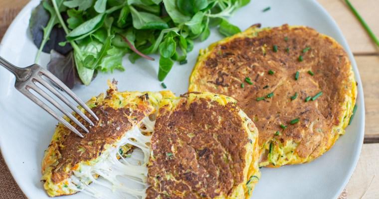 Galettes à la courgette et à la carotte, fourrées à la mozzarella et au jambon