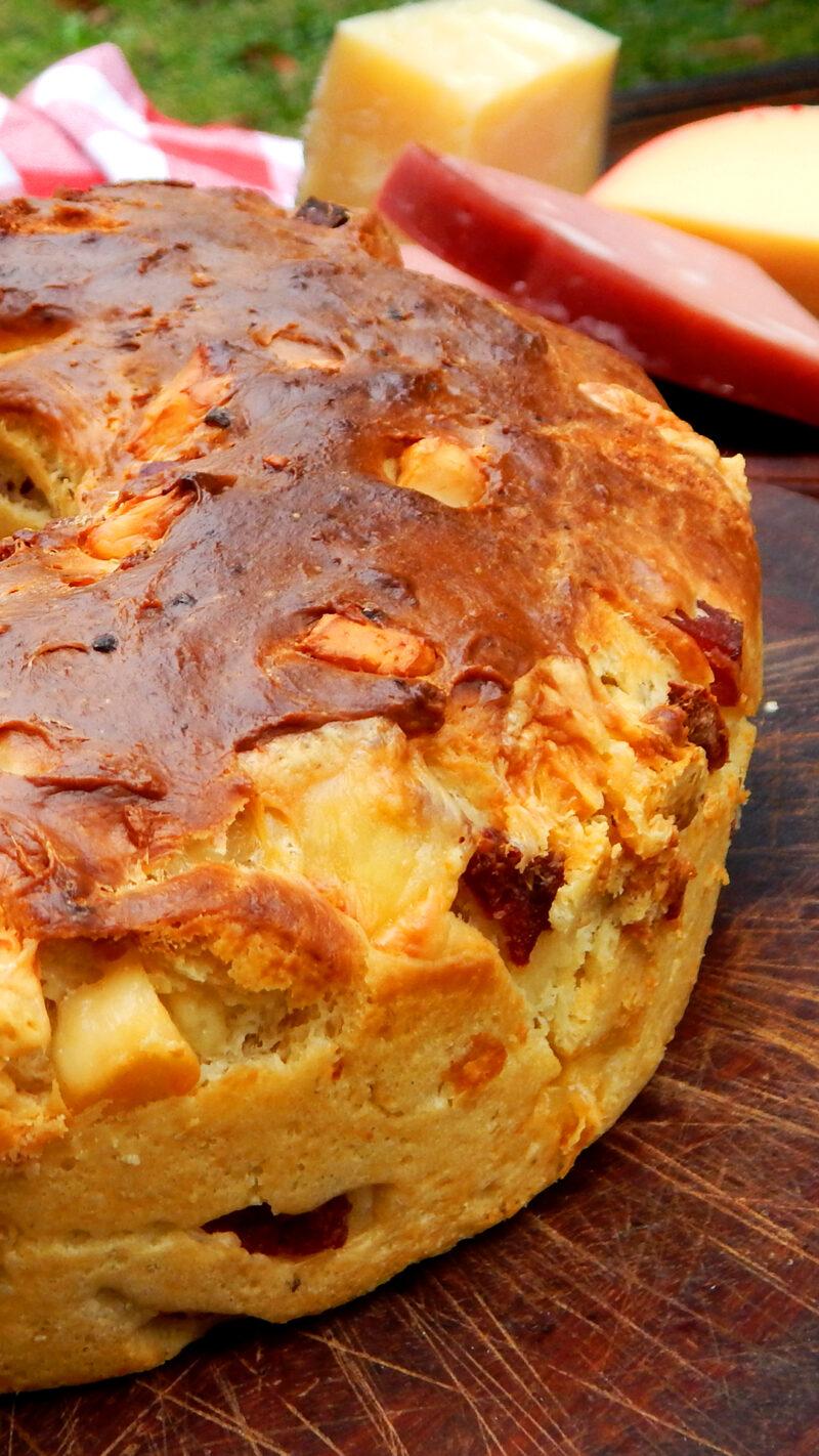 casatiello napolitano pan con mortadella longaniza queso