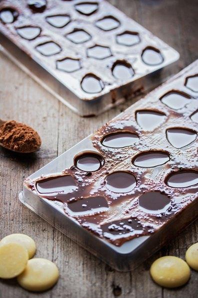 Domaća čokolada u kalupu za praline