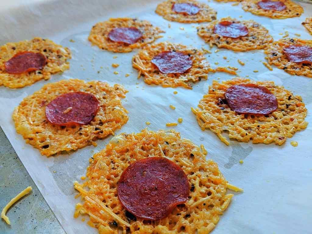 Keto Pepperoni pizza crisps