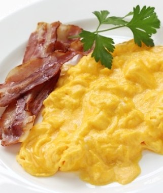 creamy scrambled eggs and bacon, image © uckyo