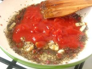 3. Piept de manzat in sos de rosii cu busuioc
