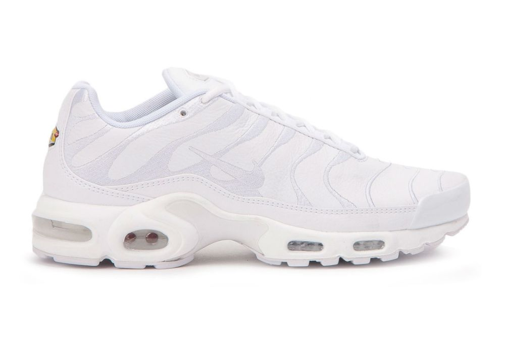 triple white air max plus