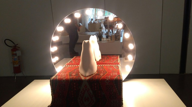 Uma das casas da exposição Arquitetura para Cães tem até espelho!