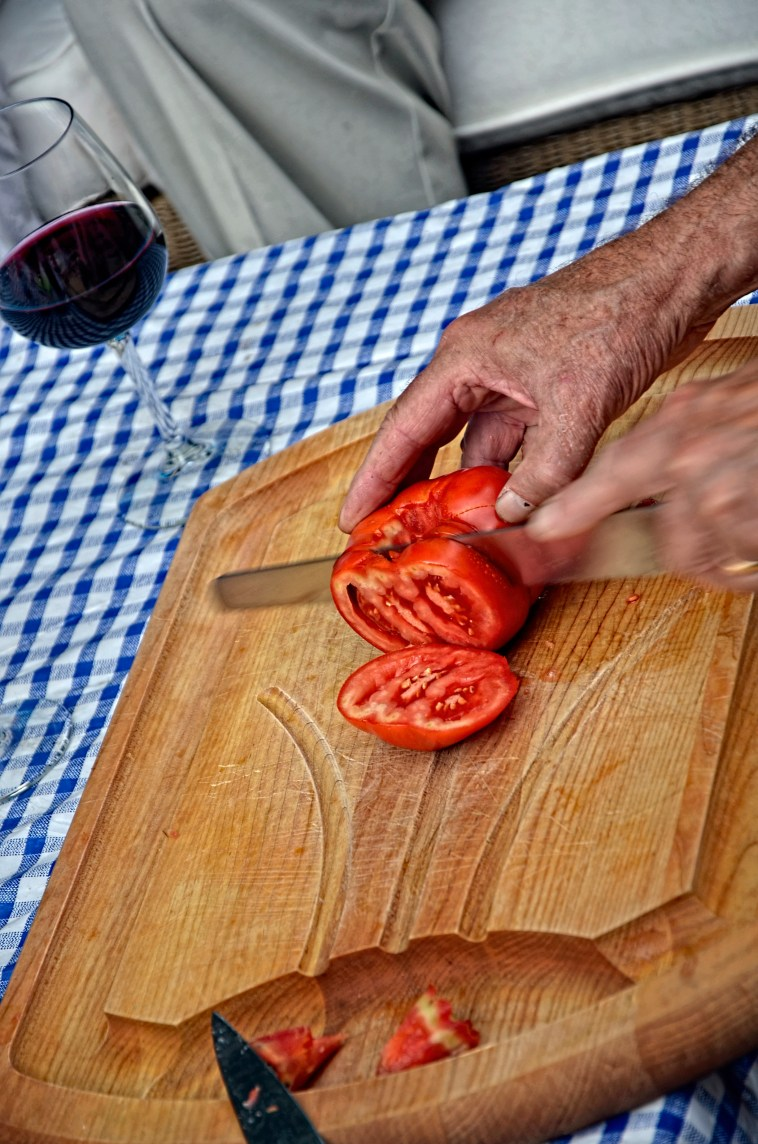 SLICING A BIG RED TOMATO