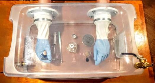 Comme environnement stérile pour la culture du champignon, la glove box est une alternative populaire