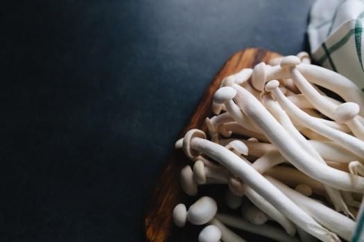 Le shimeji blanc est plus doux que le shimeji marron ou turquoise