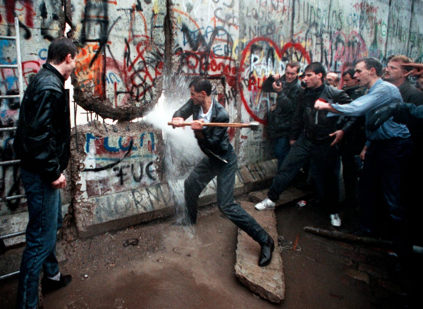 Risultati immagini per la caduta del muro