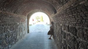 La puerta del Sol de Ciudad Rodrigo, el revellín de San Andrés y un aviso de peligro.