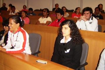 alumnos en el taller de ciencia para ciegos en la Ibero