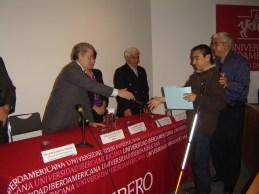 El rector de la Ibero entrega diplomas del taller de ciencia para ciegos