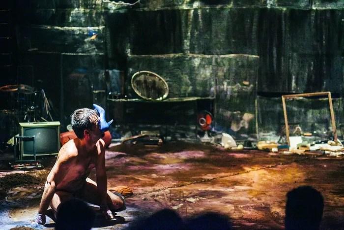 O ator Leo Fernandes na peça Cachorro enterrado vivo. Credito: Lia Rodrigues