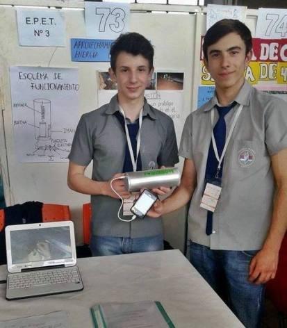 Francisco Szmandiuk (16) y David Bernhardt (17) son alumnos de cuarto año de ESCUELA PROVINCIAL DE EDUCACIÓN TÉCNICA Nro 3 de Oberá, misiones y diseñaron un cargador de celular que funciona con el movimiento