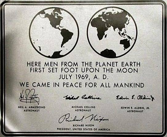 Placa de la misión Apollo 11 a la Luna.