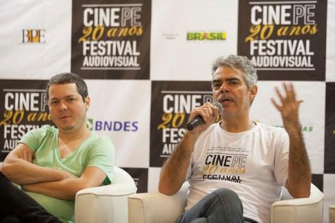 Bruno acompanhado de Nizo Netto, que interpreta o prefeito, seu primeiro protagonista. Foto:Daniela Nader/Divulgação.