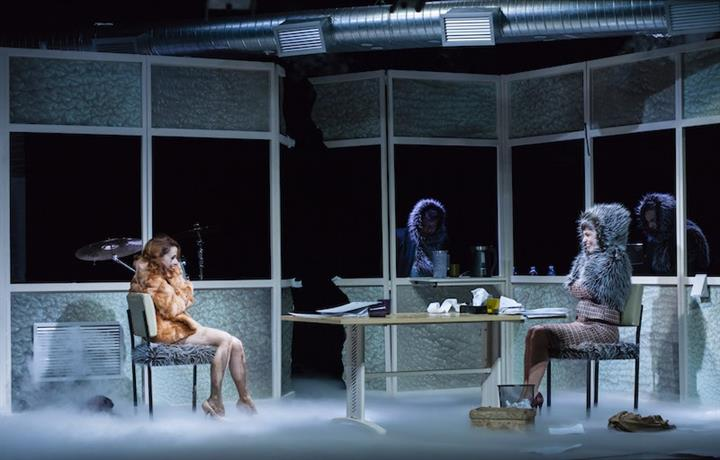 Débora Falabella e Yara de Novaes em cena na peça Contrações. Foto: Jonas Golfeto/ Divulgação.