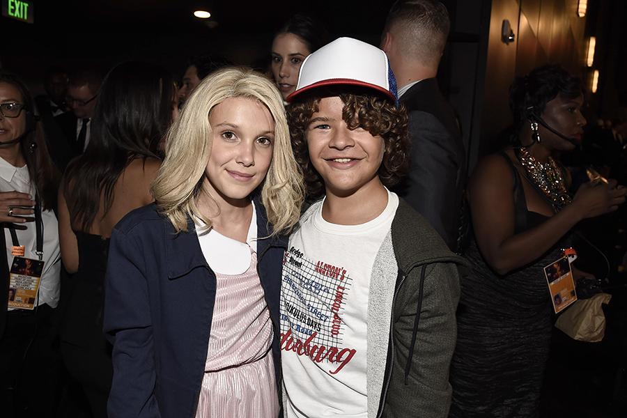 Os atores Millie Bobby Brown and Gaten Matarazzo, da série Stranger Things, entregaram sanduíches para os convidados. Foto: Invision/AP