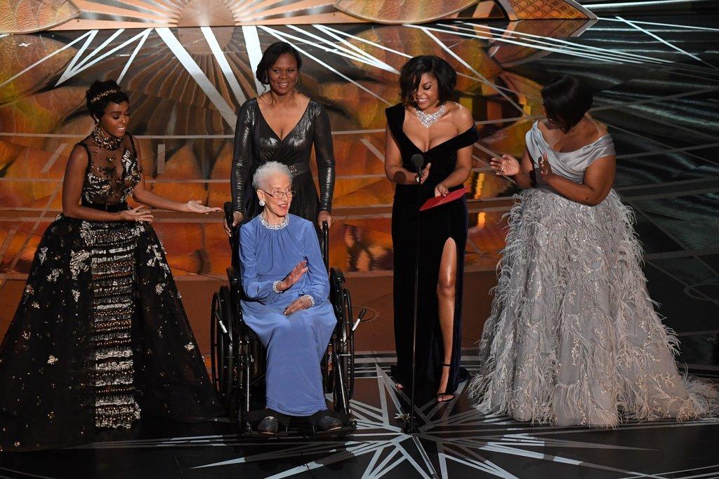 Momento homenagem. Katherine Johnson recebe homenagem no palco do Oscar pelas atrizes do Estrelas Além do Tempo. Inclusive por Tariji P. Henson que interpretou a matemática no filme. Foto: AFP/Getty Images