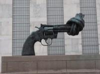 Knottet gun, av Carl Fredrik Reuterswärd. Foto Siri Wolland