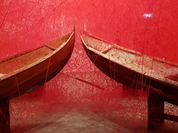 Direction, av Chiharu Shiota, på KODE 2 kunstmuseum i Bergen. Foto fra utstillingen: Siri Wolland.